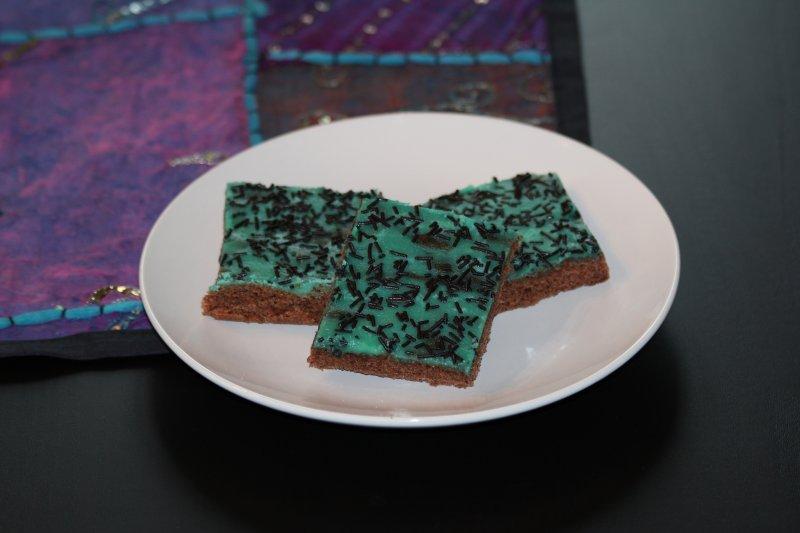 Chokladkaka med turkos mintglasyr