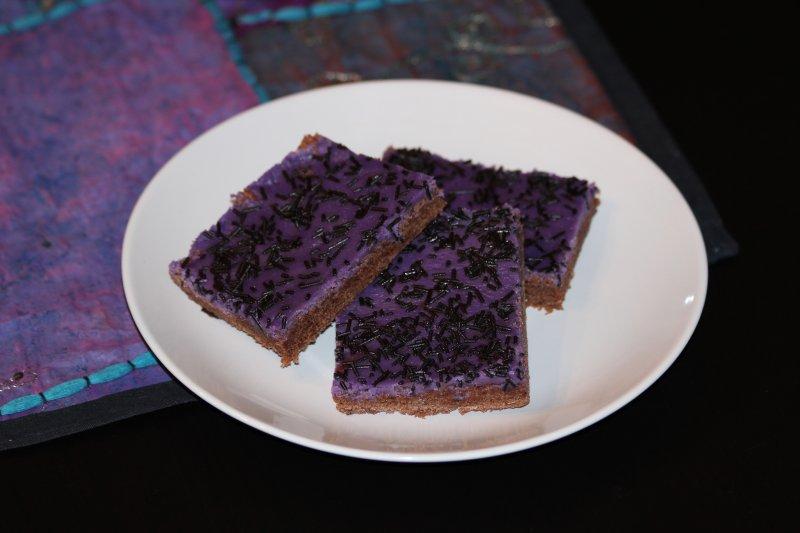 Chokladkaka med lila mintglasyr