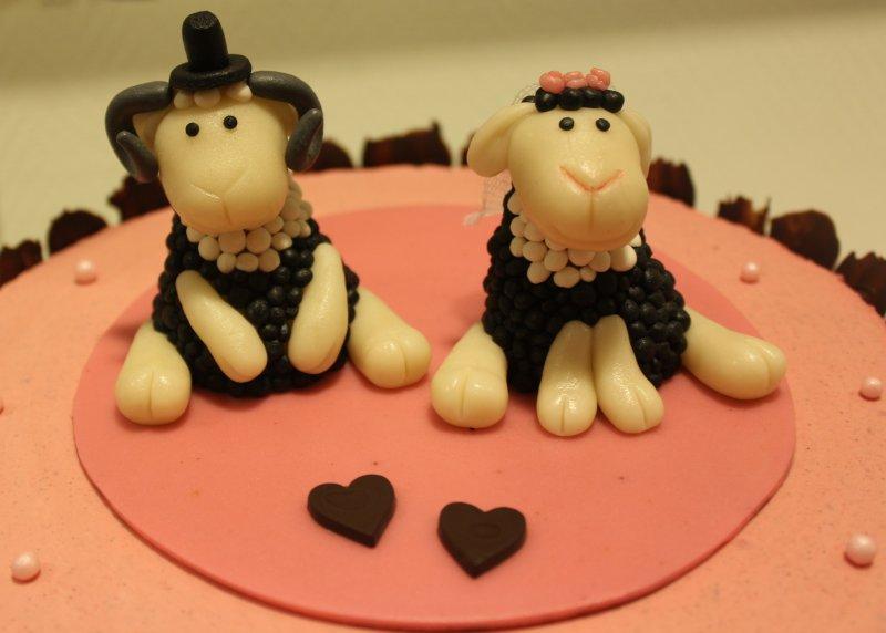 bröllopstårta med får närbild cake topper brudpar