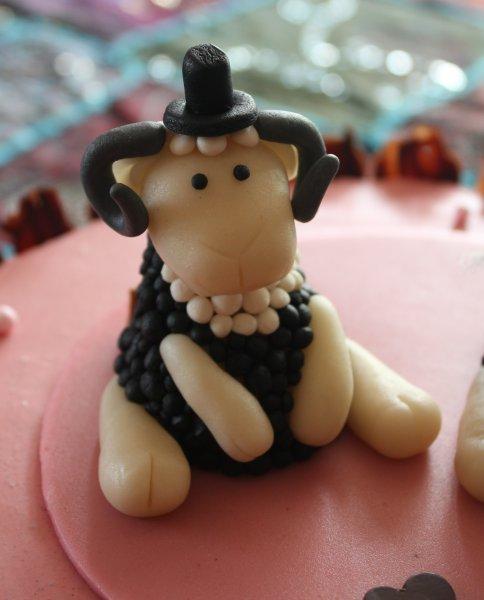 bröllopstårta med får brudgum närbild
