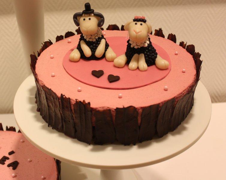 bröllopstårta med får cake topper brudpar