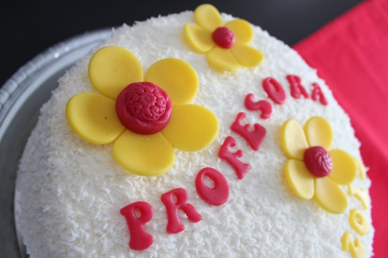 rödgul examenstårta blommor och text