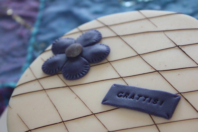 Tårta med chokladdekoration grattis