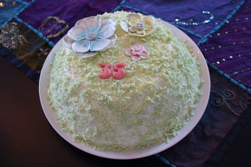 Vårtårta med blå, grön och rosa blomma
