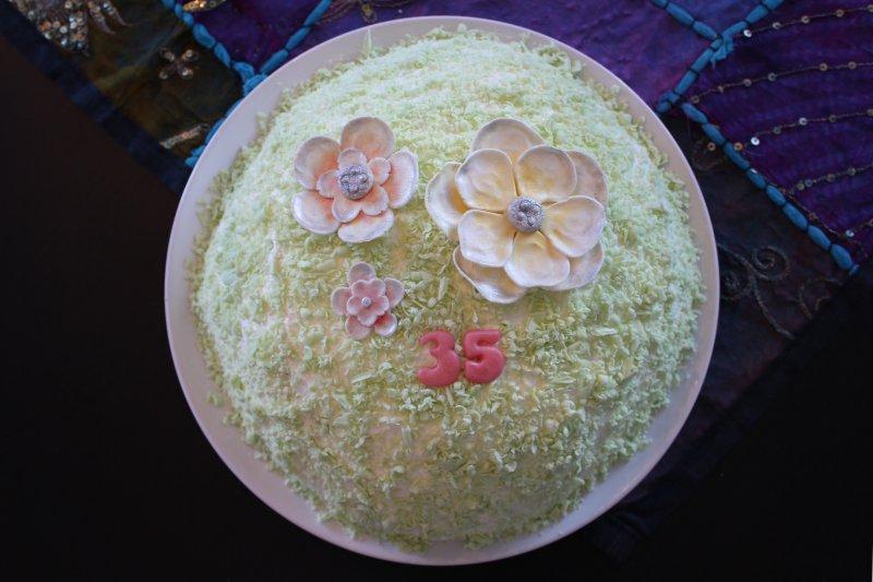 Vårtårta med gul, orange och rosa blomma