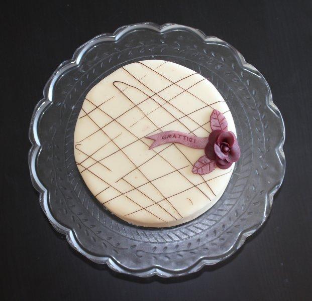Tårta med chokladrippel vinröd blomma