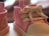 rosa små miniconverse på doptårta