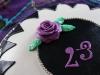 23-årstårta närbild med ros