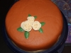 off white/brun tårta med rosor uppifrån