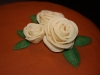 off white/brun tårta med rosor närbild