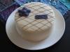 Tårta med chokladrippel och lila blomma